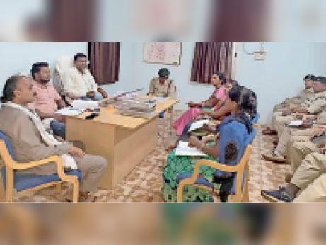 समिति की बैठक में उपस्थित सदस्य। - Dainik Bhaskar