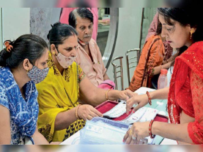 नवरात्र के पहले दिन गुरुवार को एक सर्राफा शोरूम पर खरीदारी करती महिलाएं। - Dainik Bhaskar