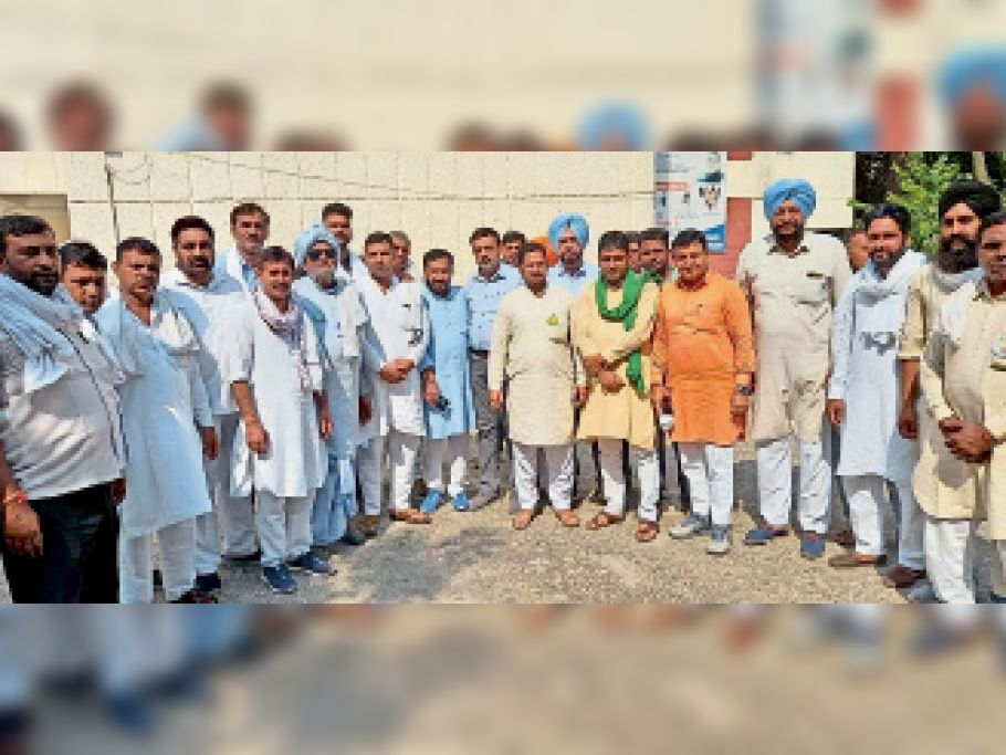 मीटिंग में भाग लेते हुए किसान, मिलर, आढ़ती व अधिकारी। - Dainik Bhaskar