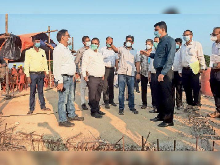 घोरघट में मणी नदी पर बन रहे निर्माणाधीन पुल का निरीक्षण करते प्रधान सचिव, डीएम व अन्य। - Dainik Bhaskar