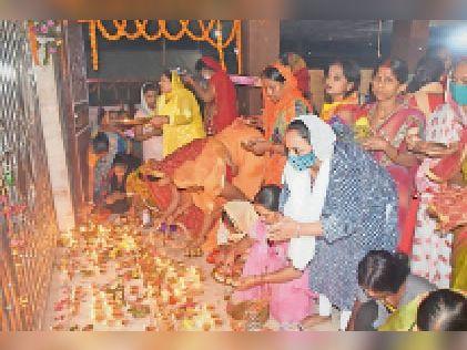 नवरात्र के पहले दिन मंदिरों में मां की पूजा-अर्चना करती महिलाएं। - Dainik Bhaskar