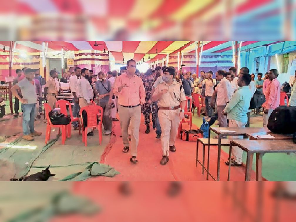 गोगरी में मतदान को लेकर ईवीएम वितरण केंद्र का निरीक्षण करते डीएम व एसपी। - Dainik Bhaskar