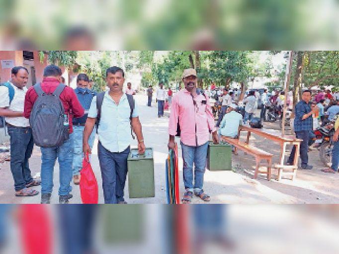 कोढ़ा प्रखंड में मतदान के लिए जाते मतदान कर्मी। - Dainik Bhaskar