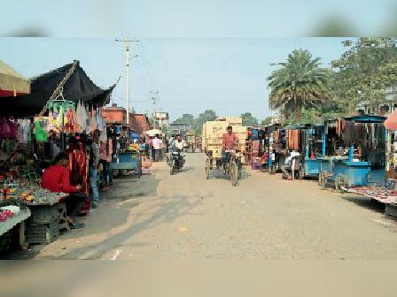 कटिहार मॉडल स्टेशन के दोनों ओर सजी दुकान। - Dainik Bhaskar