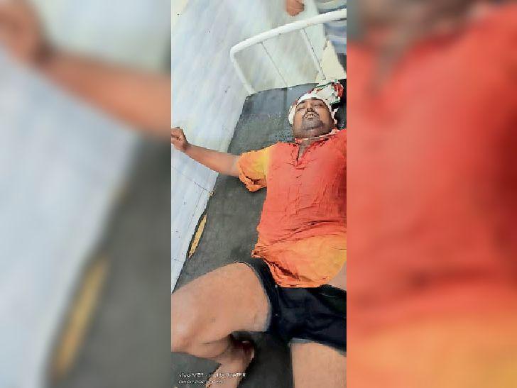पचिरा में मारपीट में खून से लथपथ इलाजरत चंदन कुमार पोद्दार। - Dainik Bhaskar
