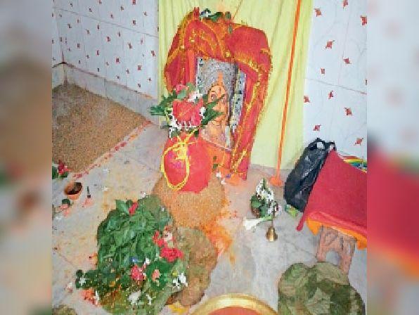 सार्वजनिक दुर्गा मंदिर में स्थापित कलश। - Dainik Bhaskar