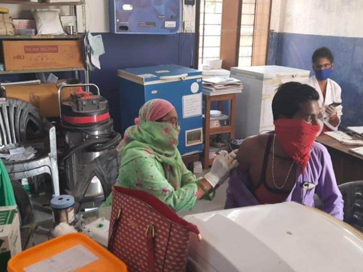 शिविर में वैक्सीन लगाते हुए। - Dainik Bhaskar