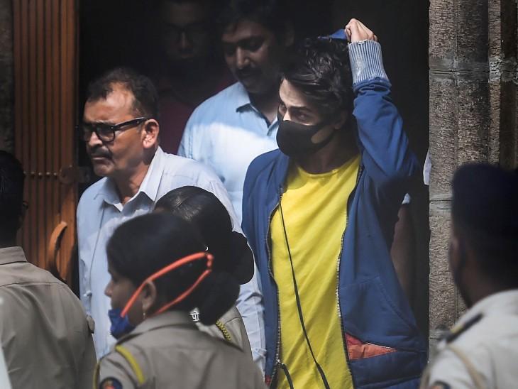 आर्यन की यह तस्वीर उन्हें NCB ऑफिस से किला कोर्ट जाने के दौरान की है।