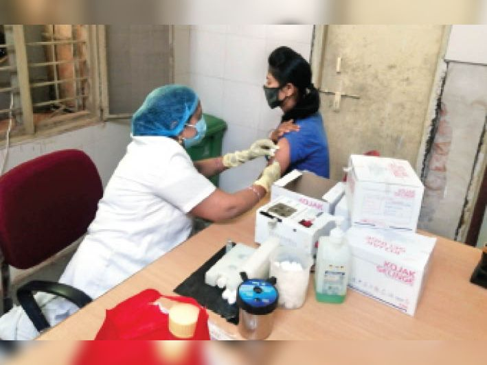दूसरी डोज का टीका लगवाने कम पहुंच रहे लोग। - Dainik Bhaskar