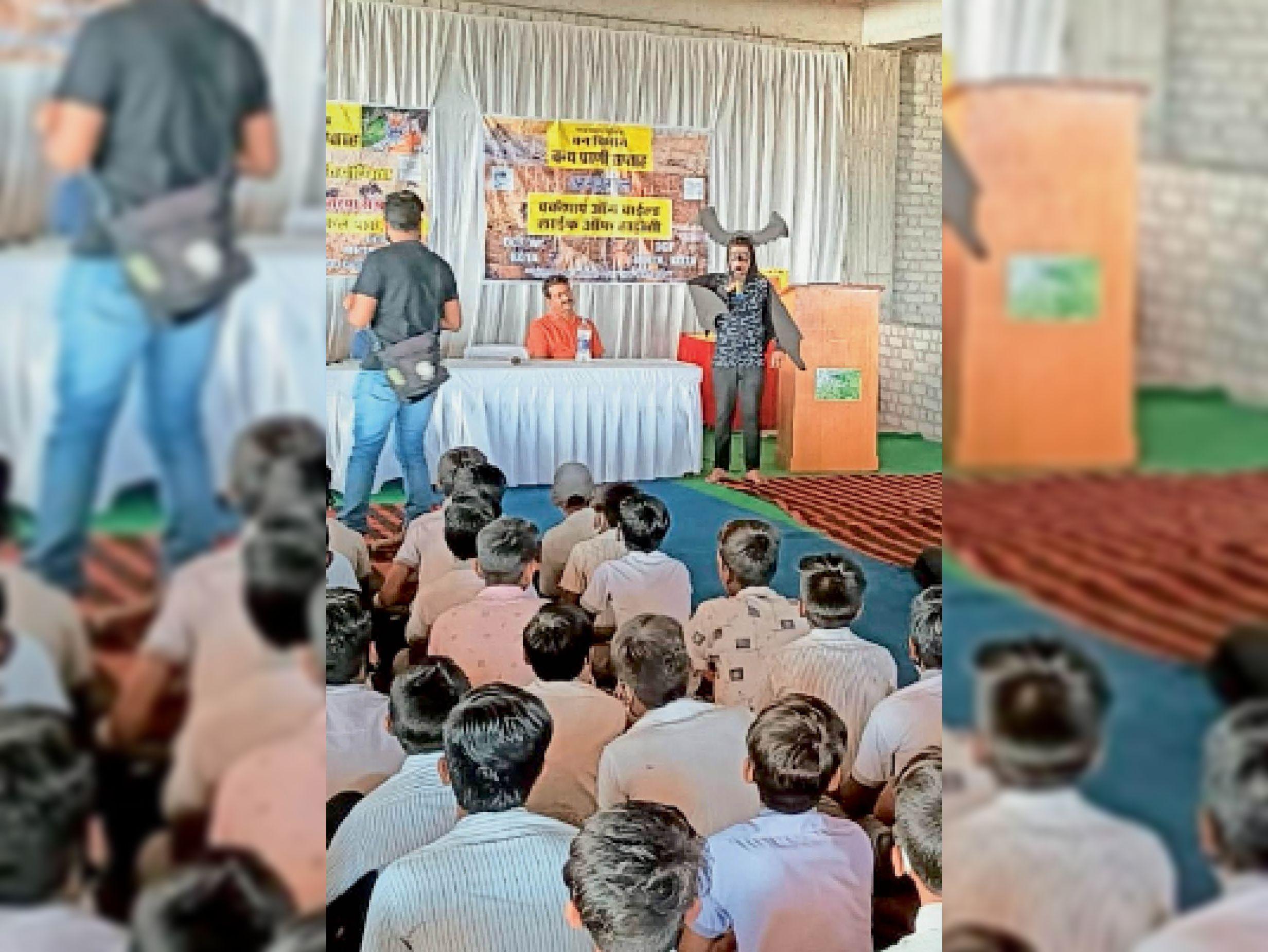 वन्यजीव सप्ताह के समापन पर आयोजित कार्यक्रम में प्रस्तुति देते बालक। - Dainik Bhaskar