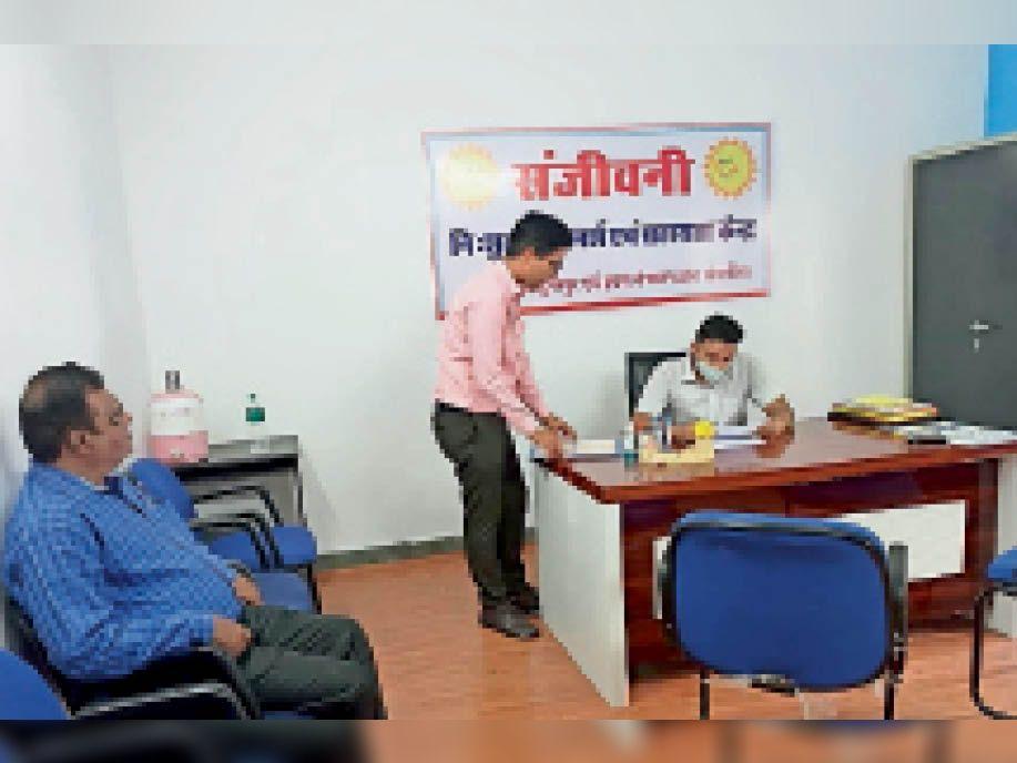 संजीवनी केन्द्र का अवलोकन करते सचिव। - Dainik Bhaskar