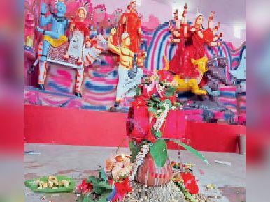 प्रखंड मुख्यालय कुमारखंड स्थित ड्योढी दुर्गा मंदिर में स्थापित कलश और मूर्ति।