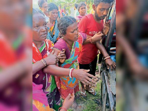 घायल महिला को अस्पताल ले जाते स्थानीय लोग। - Dainik Bhaskar