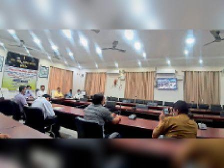 समाहरणालय सभागार में पीएम के वर्चुअल कार्यक्रम में मौजूद अधिकारी। - Dainik Bhaskar