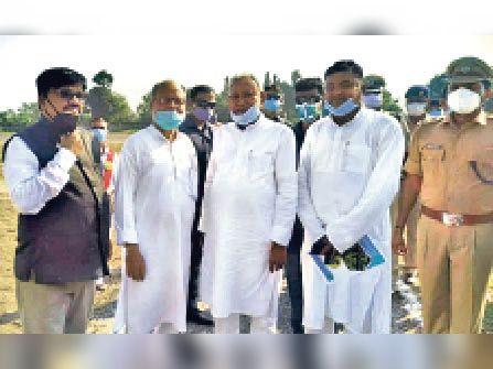 इलाके की समस्याओं से सीएम को अवगत कराते पूर्व विधायक। - Dainik Bhaskar