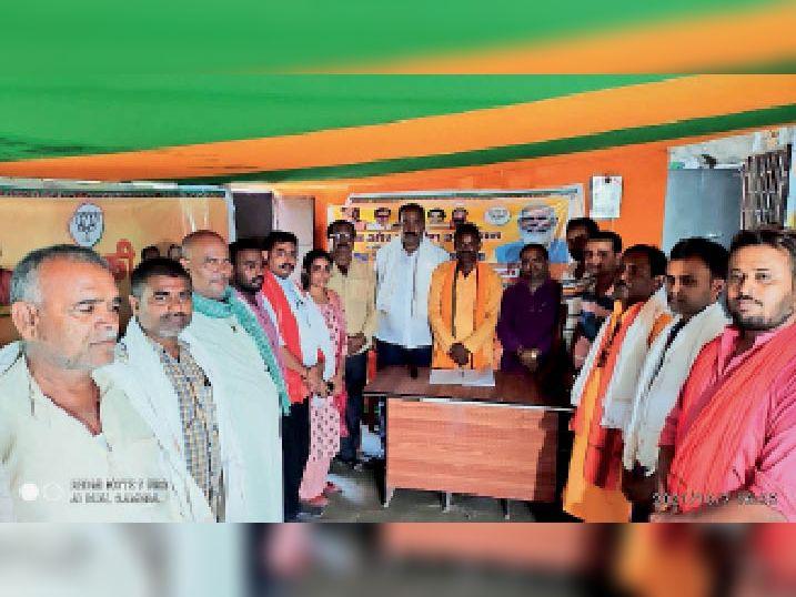 जिला कार्यालय में कार्यकर्ताओं को अंगवस्त्र देकर सम्मानित करते जिलाध्यक्ष। - Dainik Bhaskar