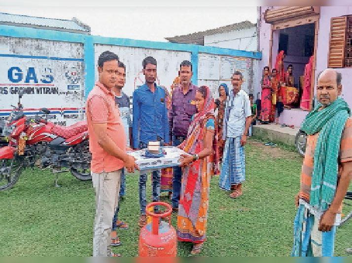 भौनगर में नि:शुल्क गैस कनेक्शन लेतीं महिला लाभुक। - Dainik Bhaskar