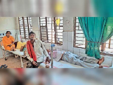 अस्पताल में इलाजरत यात्री। - Dainik Bhaskar