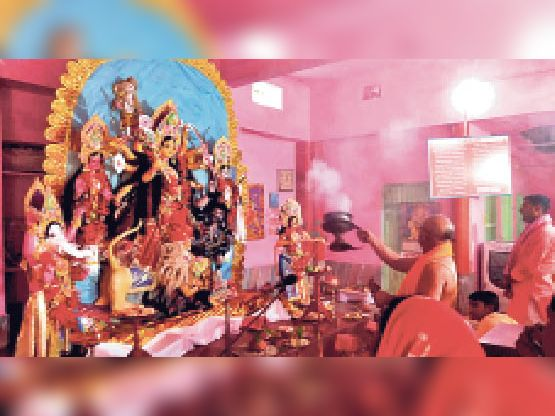 शहर के दुर्ग मन्दिर में आरती करते पुजारी - Dainik Bhaskar