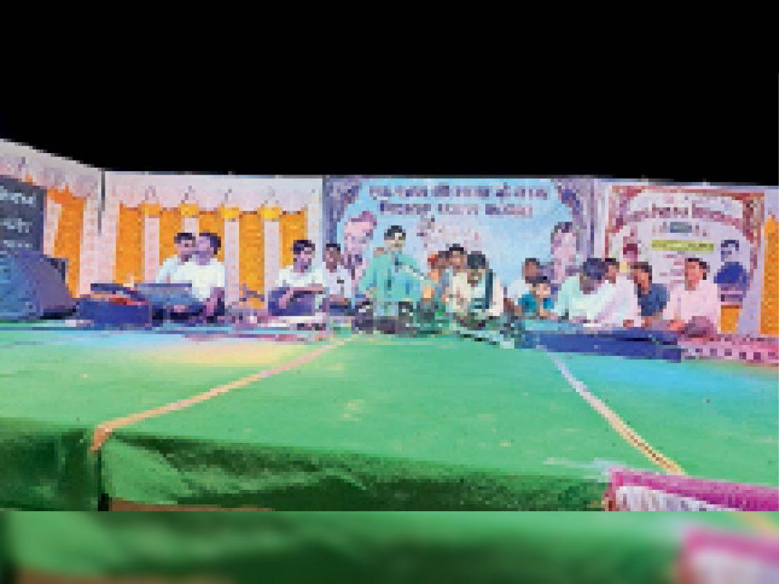 भजन संध्या के दौरान भजन प्रस्तुत करते हुए कलाकार। - Dainik Bhaskar