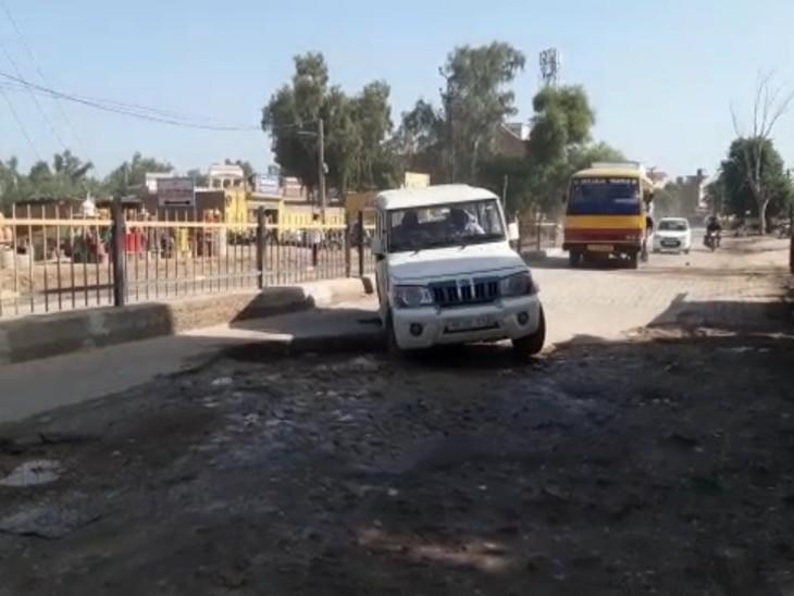 बारिश के बाद टूटी हुई संगरिया रोड। - Dainik Bhaskar