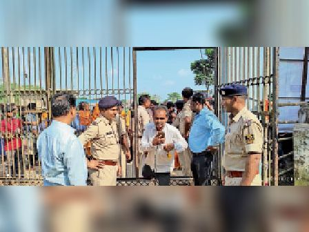 प्रखंड मुख्यालय के मुख्य गेट से प्रत्याशियों को अंदर घुसाते थानाध्यक्ष। - Dainik Bhaskar