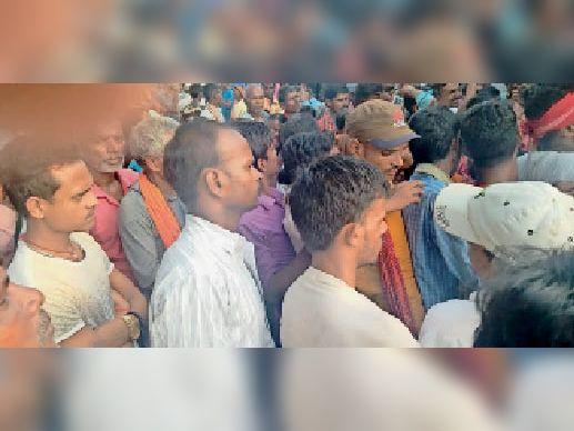 बिस्कोमान भवन में यूरिया खाद लेने को लेकर किसानों की भीड़। - Dainik Bhaskar