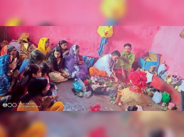दुर्गा सप्तशती पाठ करते पंडित व उपस्थित श्रद्धालु। - Dainik Bhaskar