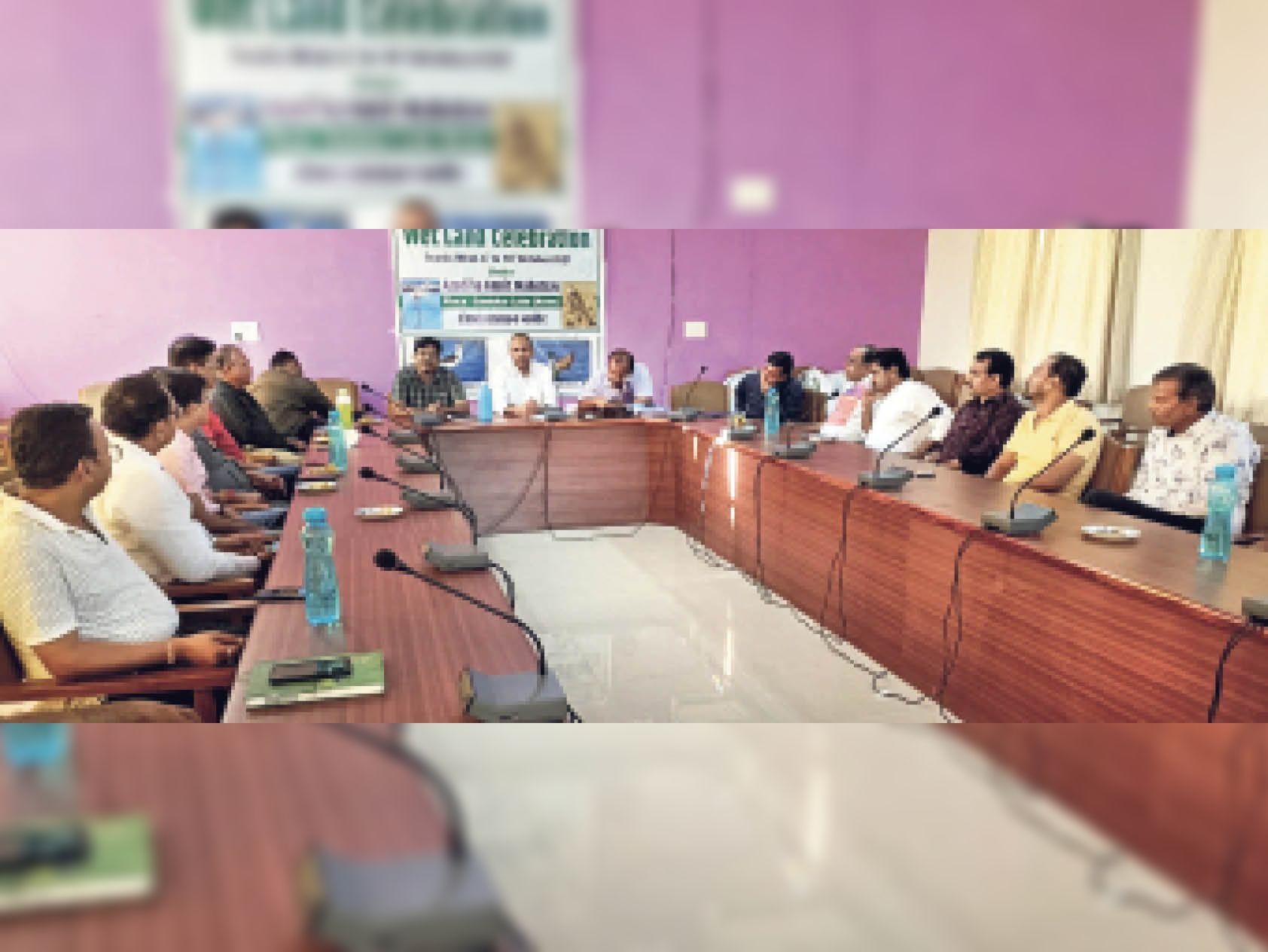 अमृत महोत्सव के तहत आयोजित कार्यक्रम में मौजूद अधिकारी व नमक उद्यमी। - Dainik Bhaskar