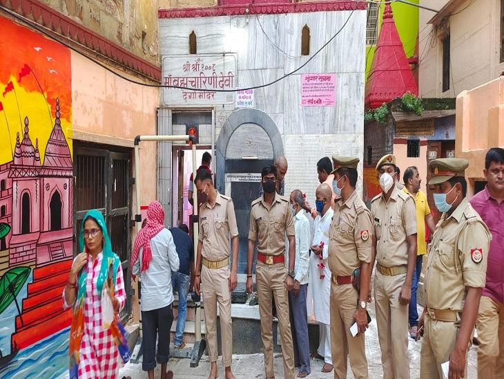सुरक्षा व्यवस्था के मद्देनजर ब्रह्मचारिणी देवी मंदिर में तैनात पुलिसकर्मी।