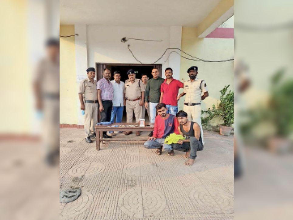 फिरौती मांगने वाला प्रमुख आरोपी लाल टी शर्ट में व उसका साथी। - Dainik Bhaskar