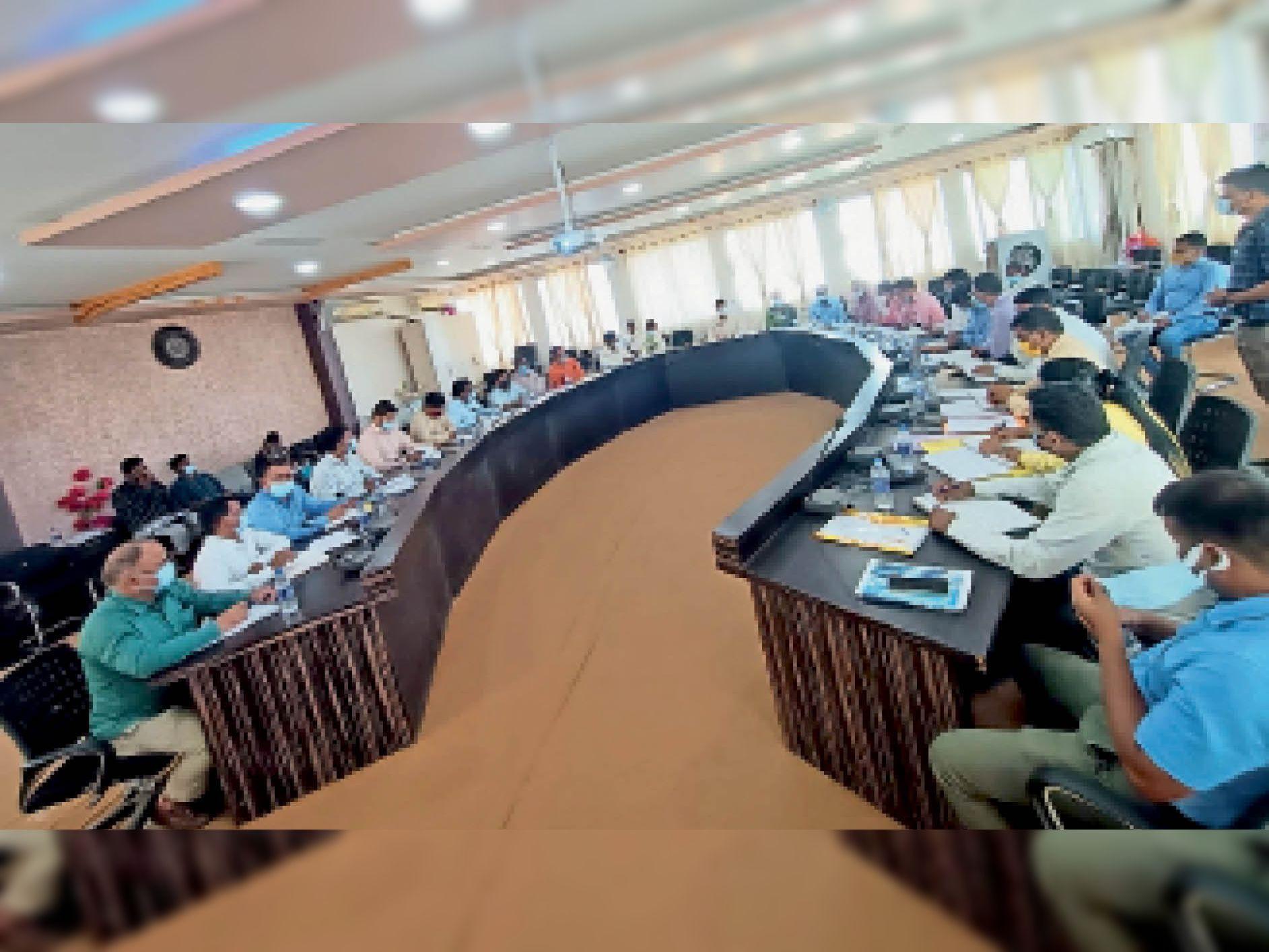 बैठक में भाग लेते अधिकारी। - Dainik Bhaskar
