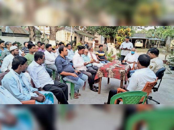 बैठक में शामिल पदाधिकारी व पूजा पंडाल कमेटी के सदस्य। - Dainik Bhaskar