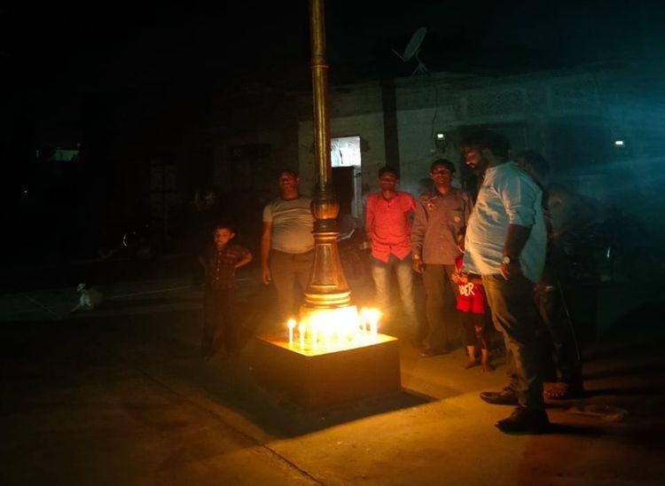 4 दिन से शाम ढलते ही बंद हो रही रोड लाइट, शिकायत पर ध्यान नहीं दिया तो मोहल्लेवासियों ने लाइट के पोल पर जलाई मोमबत्तियां|पाली,Pali - Dainik Bhaskar