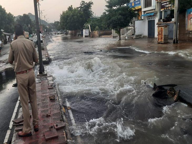 पाइप लाइन टूटने से सड़क पर आया पानी। - Dainik Bhaskar