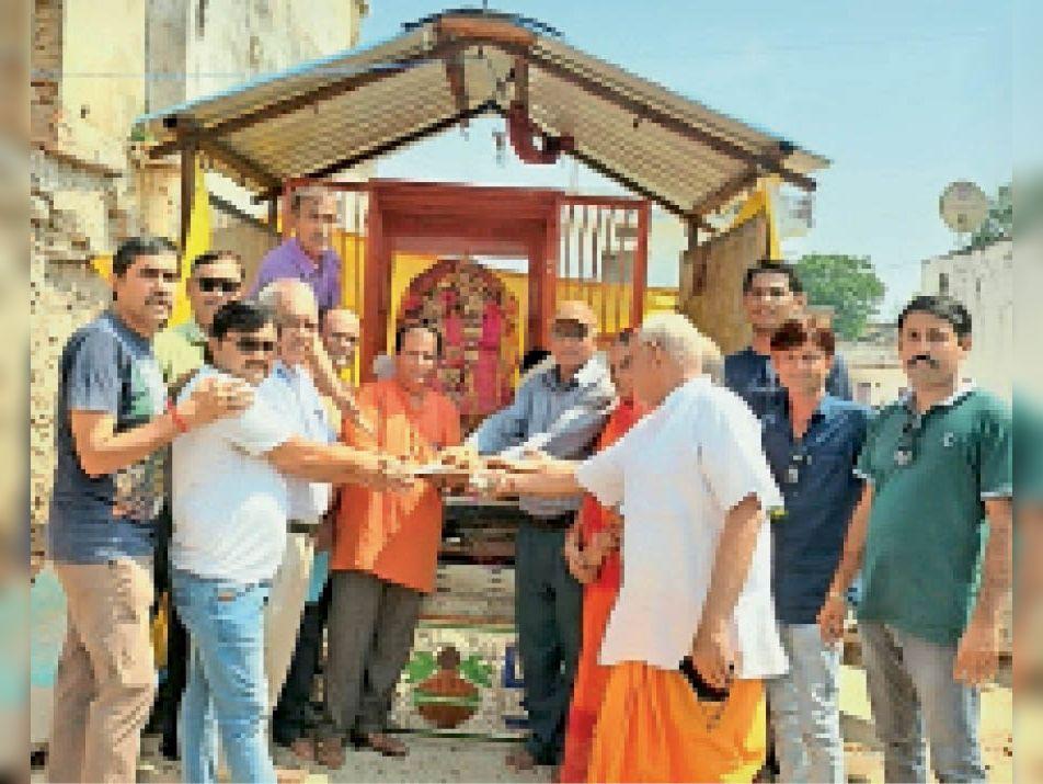 मंदिर निर्माण के लिए राशि भेंट करते श्रद्धालु। - Dainik Bhaskar