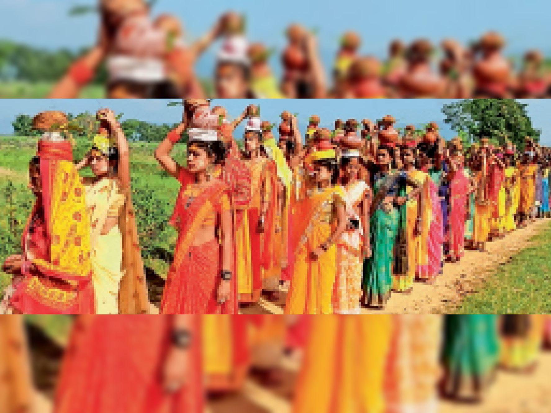 कलश यात्रा में शामिल श्रद्धालु महिलाएं। - Dainik Bhaskar