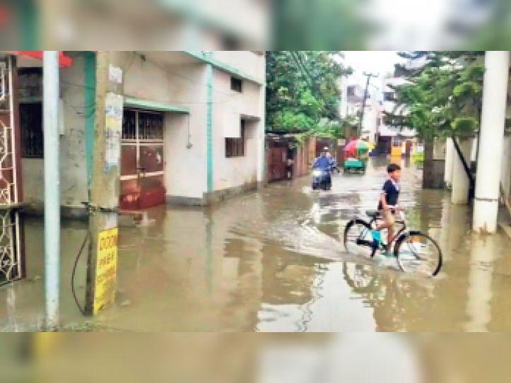 पूर्व सांसद के आवास से होकर जानेवाली मुख्य सड़क पर जमा बारिश का पानी। - Dainik Bhaskar