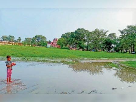 बसंतपुर खेल मैदान में जमा बारिश का पानी। - Dainik Bhaskar