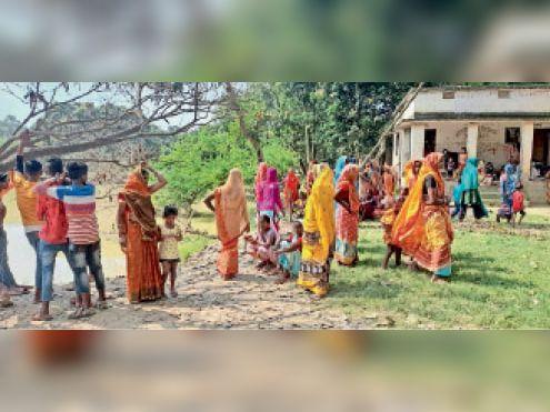 गोपालपुर गांव में घटनास्थल पर उमड़ी लोगों की भीड़। - Dainik Bhaskar