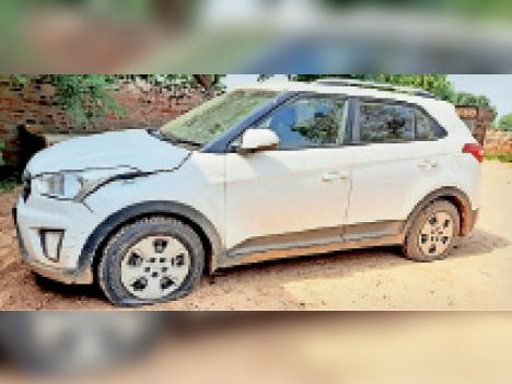 भूना। घटना स्थल पर पंक्चर खड़ी ठेकेदार की कार। - Dainik Bhaskar