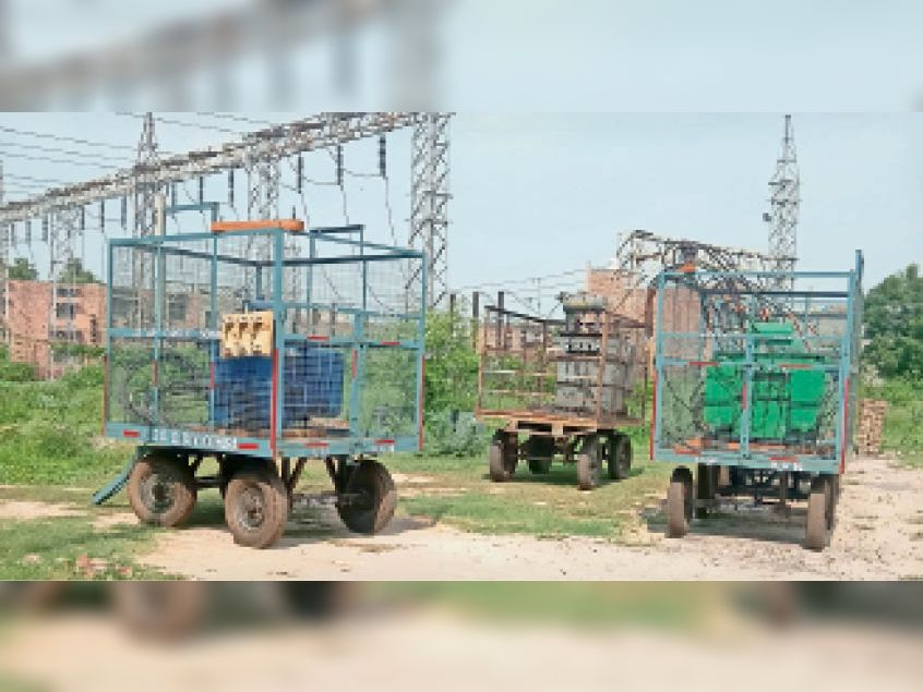 गोहाना. बिजली निगम कार्यालय में खड़े मोबाइल ट्रांसफार्मर। - Dainik Bhaskar