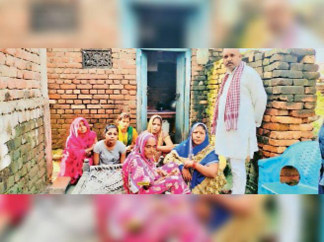 देवकुली में किसान की हत्या के बाद शोकाकुल परिजन। - Dainik Bhaskar