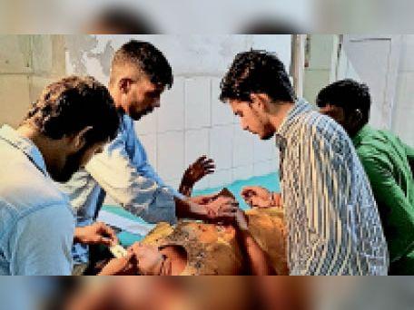 घायल का उपचार करते कर्मचारी। - Dainik Bhaskar