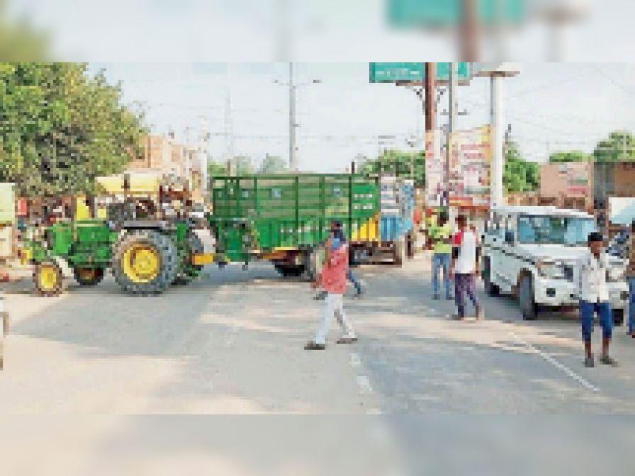 धरने के चलते मुख्य मार्ग पर किसानाें द्वारा खड़े िकए गए ट्रैक्टर। - Dainik Bhaskar