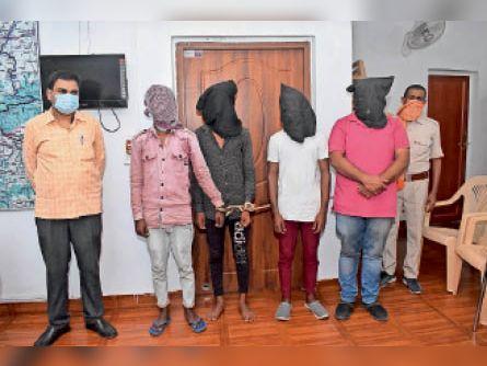गिरफ्तार अपराधी व बरामद पिस्टल और कट्टा। - Dainik Bhaskar