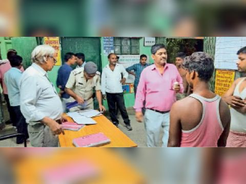 डूबने से मौत के बाद लोगों की लगी भीड़ - Dainik Bhaskar