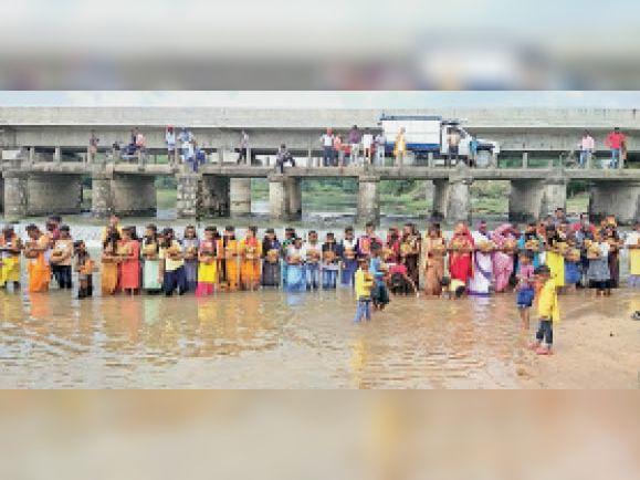 कलश में जल भरते श्रद्धालु। - Dainik Bhaskar