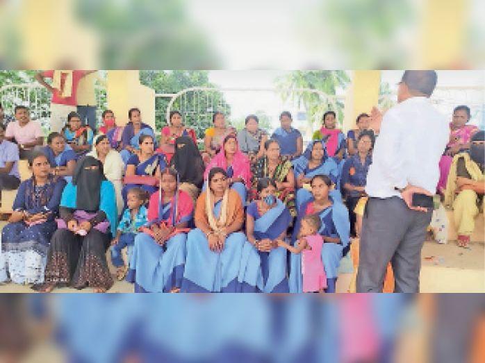 जल सहिया कर्मचारी संघ की बैठक में शामिल लोग। - Dainik Bhaskar