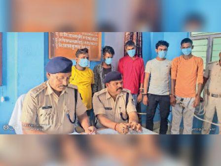 वाराणसी से पटना जा रही बस के तहखाने में छुपाई गई 3285 बाेतल शराब के साथ 5 आरोपी गिरफ्तार|मोहनिया,Mohania - Dainik Bhaskar